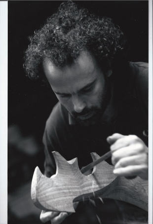 Paolo Brandolisio carving a forcola