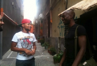 Judicael speaking outside the café with a Capo Verde young friend, courtesy photo pr/undercover