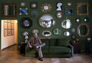 Barnaba Fornasetti in his living, with Piero's mirror, courtesy Fornasetti