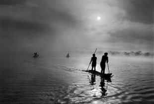 Tribe Waura: fishermen on the lake Pyulaga (Mato Grosso, Xingu), Brasil 2005/Salgado/Amazon Images
