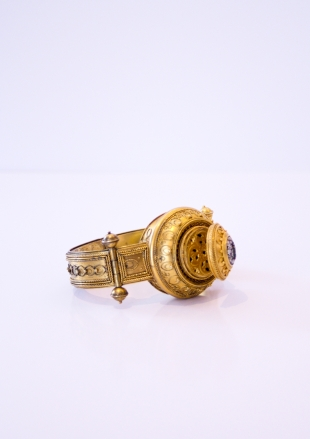 Bracelat in golden lacquered silver, with scent holder and small hair cuts holder, Rome 1860/1870, H: 75 mm