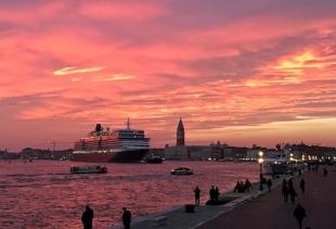 A cruise liner in a joyful sunset (ph. Diana Marrone)