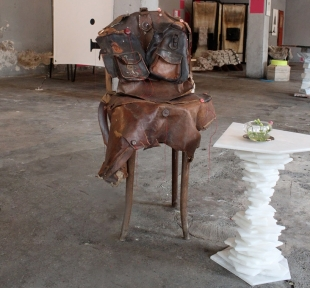 Karen Ryan, Portrait chair (left); Giacomo Ravagli, Alabastro Bedtable, collection Alpi (right), courtesy designboom