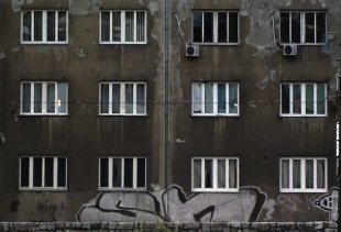 "Igor Bosnjak, 1981, Sarajevo, now lives in Trebinje in Bosnia and the Herzegovina. 12 Windows (2011, Video, 02' 21"")<br />"