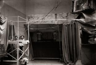 anonimo, Mariano Fortuny nel suo atelier teatrale di Palazzo Pesaro-Orfei - courtesy Palazzo Fortuny